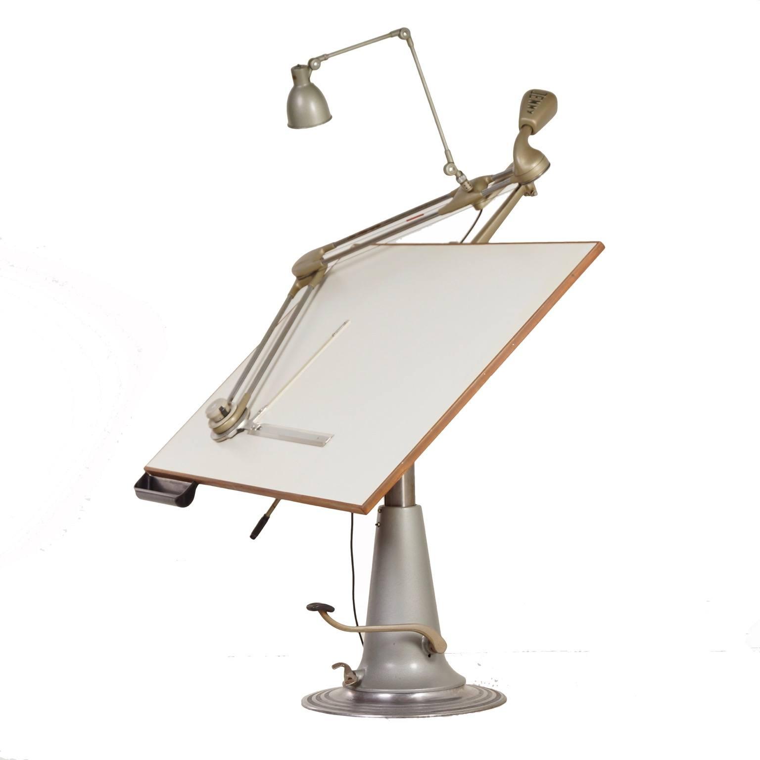 Industriële Nike Tekentafel Laag Model Met Jenny Tekenliniaal En Lamp