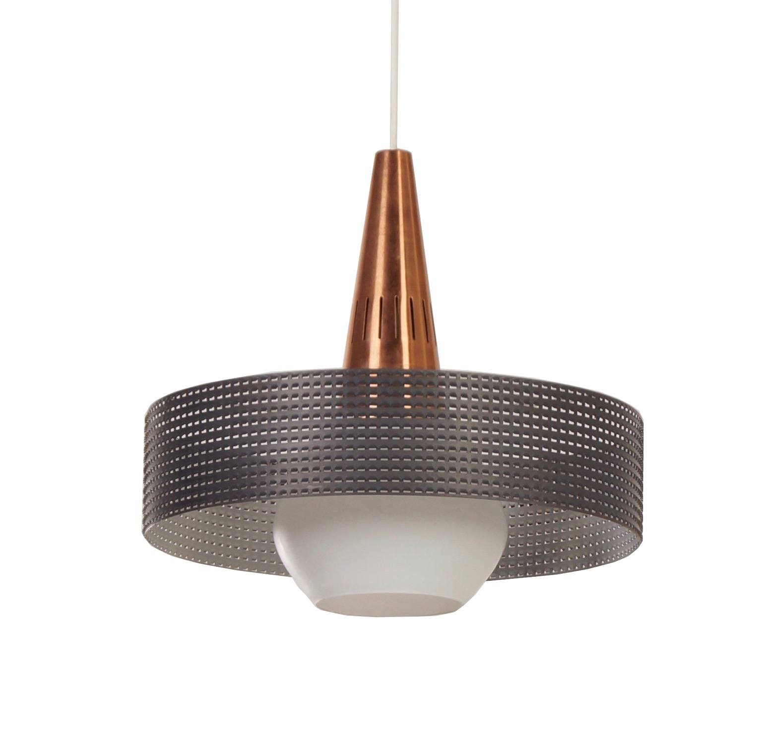 Geperforeerde hanglamp in de stijl van pilastro en mategot for Hangelampe vintage