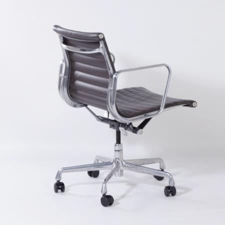 EA335 Bureaustoel van Charles & Ray Eames voor Herman Miller, 2000s – Gelimiteerde Oplage – Bruin Leer