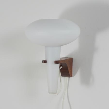 Wandlamp Mushroom in Teakhout en Wit Glas van Artimeta, 1960s